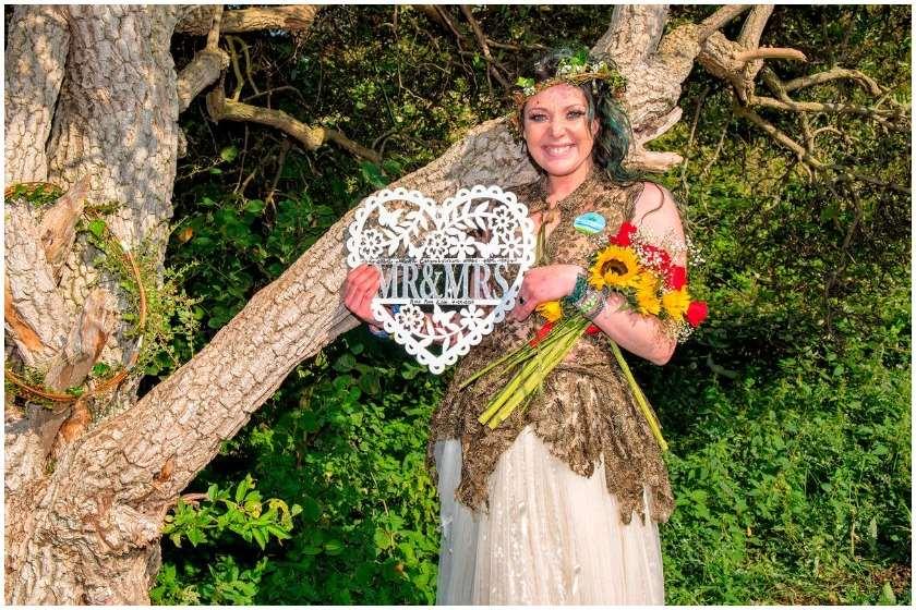 ქალი ხეზე დაქორწინდა