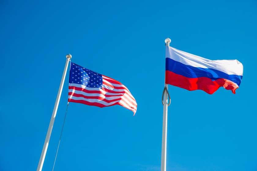 რუსეთის და აშშ-ს დროშები