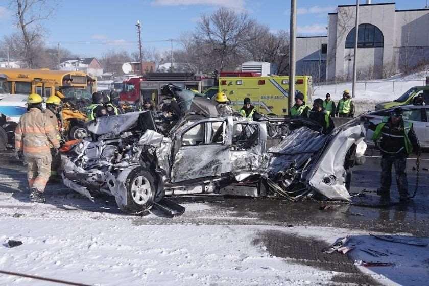კანადა ავარია 200 მანქანა