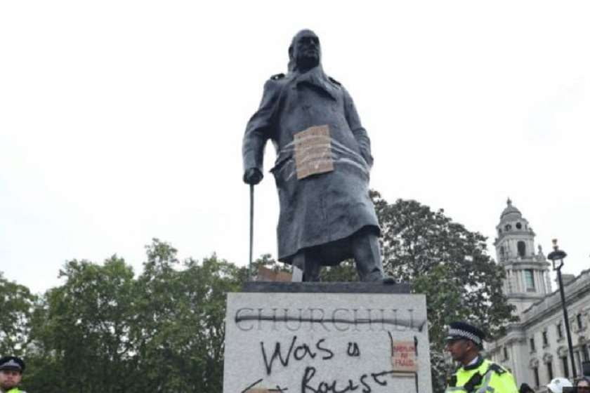 """უინსტონ ჩერჩილის ძეგლი მომიტინგეების მიერ დატოვებული წარწერით: """"ის რასისტი იყო"""""""