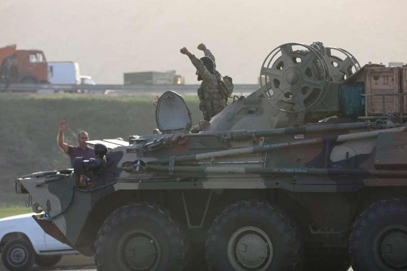 ბაქო, 27 სექტემბერი, აზერბაიჯანელ სამხედროებს გზაზე შეკრებილი მოქალაქეები აცილებენ