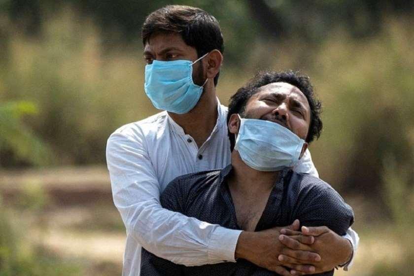 ინდოეთი, დელი. 2020 წელი. კაცი კორონავირუსით გარდაცვლილი მამის დაკრძალვაზე